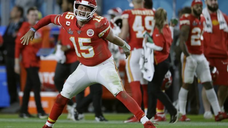 El quarterback Patrick Mahomes de los Chiefs de Kansas City celebra tras el touchdown de Damien...
