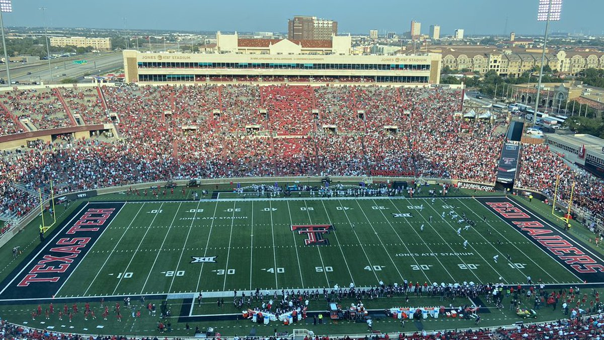 Crowds return to Jones AT&T Stadium for first home game of 2021.