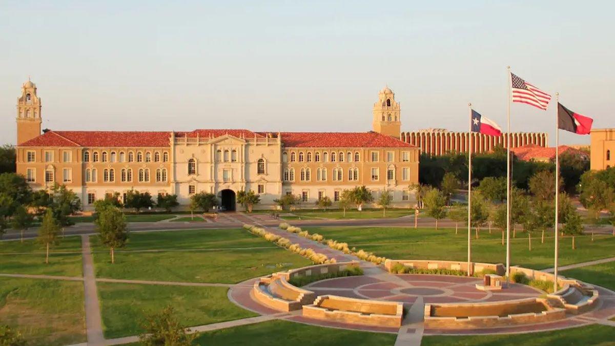 Los 350 estudiantes que regresan al campus de Texas Tech representan una pequeña fracción de...