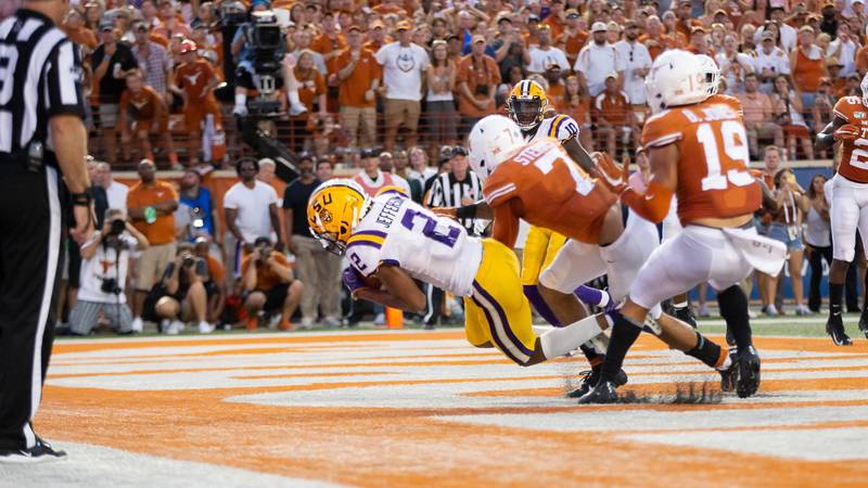 Justin Jefferson catches a touchdown thrown from LSU quarterback Joe Burrow.